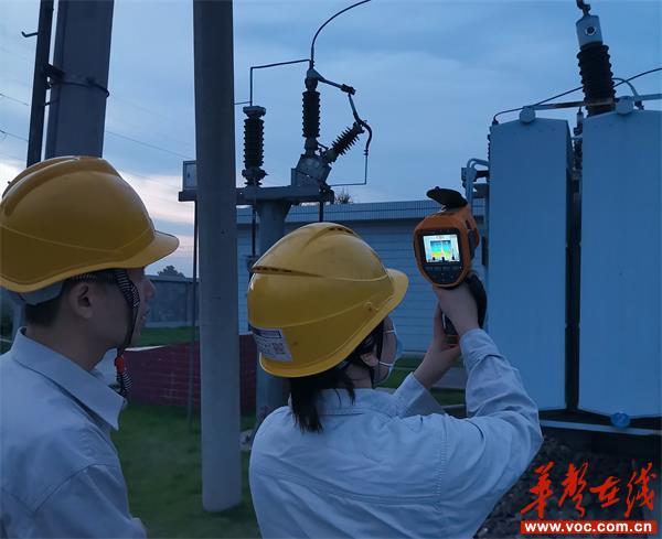 变电运维人员对变电站设备进行夜间测温_看图王.jpg