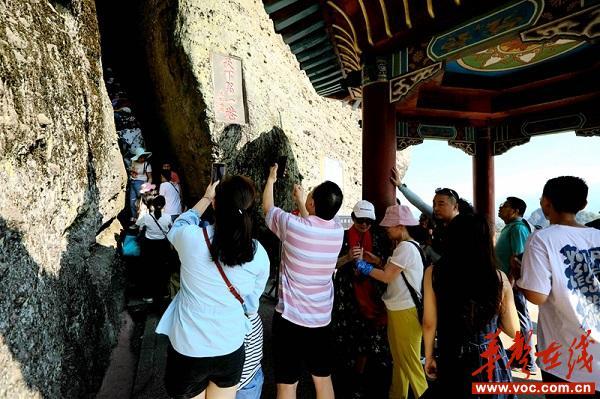 游客在天一巷景点拍照。_wps图片.jpg